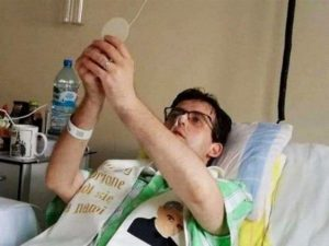 Addio a don Los, diventato prete in un letto d'ospedale: la