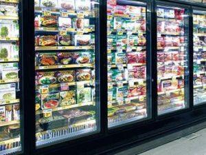 Sorpresa al supermercato in Germania, un uomo nudo si chiude
