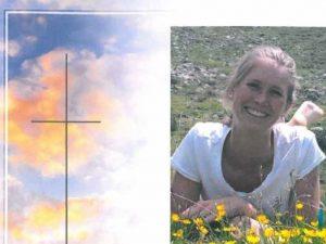 Melanie, 26 anni, cade in un dirupo e muore: il suo cane cer