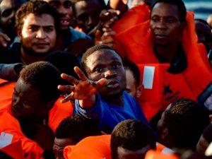 Barcone con 57 migranti al largo della Sicilia    la Guardia di Finanza li fa sbarcare a