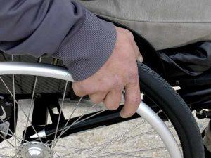 Sardegna. In sedia a rotelle scivola dal porticciolo: muore