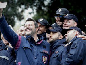"""La polizia contro Salvini    """"Ha promesso di pagare gli straordinari ma non ci sono i soldi"""""""