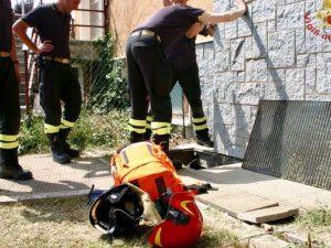 Cuneo: bimbo di 2 anni cade nella buca mentre gioca, per sal