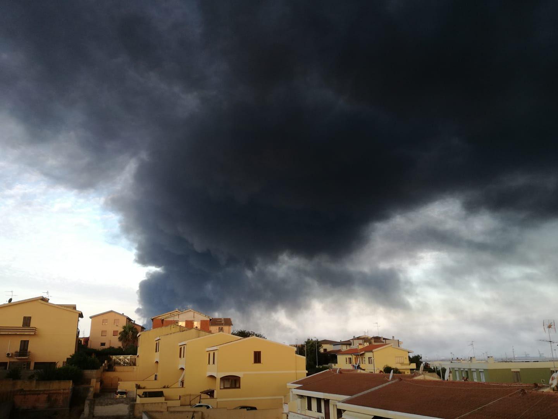 """Incendio a Porto Torres, nube tossica da capannoni: """"Non uscite di ..."""