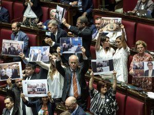 Fondi russi alla Lega, la protesta Pd alla Camera con le fot