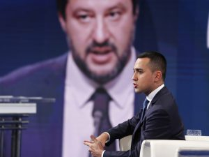 """Di Maio: """"Mentre M5s era al lavoro Salvini era in spiaggia a"""