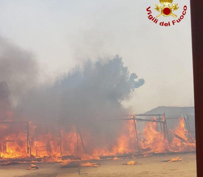 Incendio lido Catania, i pompieri stanno spegnendo le fiamme: cosa ...