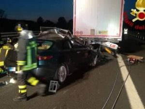 Incidente sull'A1 tra Toscana e Umbria, auto sotto un tir: a