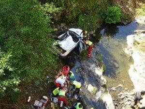 Pistoia, auto sfonda protezione e vola nel fiume: due morti