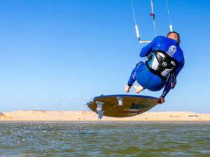 Sardegna, kite surfer salva tre persone che rischiavano di a