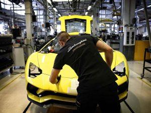 Lamborghini, nuovo contratto: agli operai aumenti di stipendio e permessi anche per il veterinario
