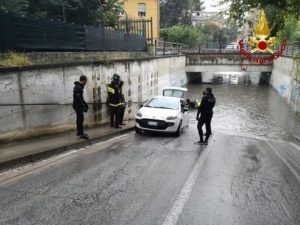 Maltempo nelle Marche: auto bloccate nei sottopassi allagati