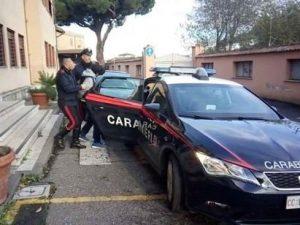 Il padre è violento: dodicenne chiama i carabinieri e lo fa