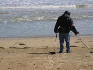 Rimini, perde la fede in mare: ritrovata nel giorno dell'ann