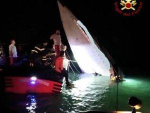 Dramma a Venezia, barca si schianta sulla diga: tre morti e