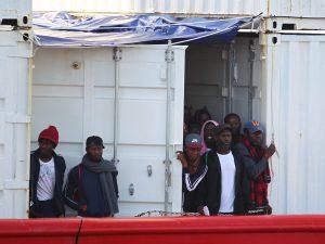 Ocean Viking chiede porto sicuro per 104 migranti. 68 recupe