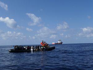 Migranti, Ocean Viking soccorre 104 persone: tra di loro due bambini e 40 ...