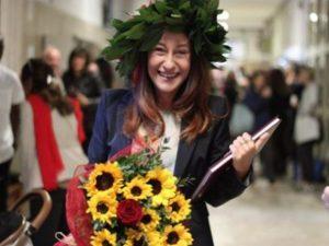 Paola Taverna da oggi è dottoressa in Scienze Politiche: chi
