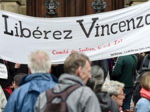 Scontri G8 di Genova: Francia libera Vincenzo Vecchi, Italia