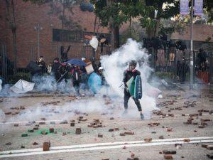 Hong Kong, polizia assalta il Politecnico occupato: esplosio