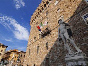 Firenze, turista beccato a fare pipì nel cortile di Palazzo