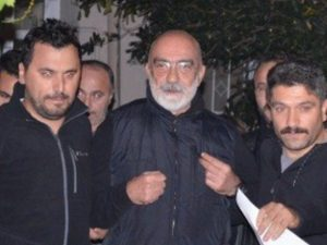 Lo scrittore Ahmet Altan ritorna in carcere: dovrà scontare