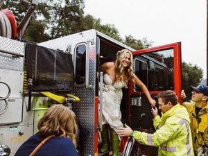 Sposa e damigelle rimangono bloccate nel traffico, pompieri