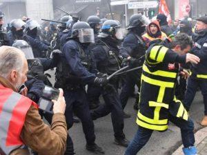 Parigi, città nel caos per i black bloc: cassonetti in fiamm