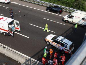 Incidente nella notte lungo l'A4: donna a piedi in autostrad