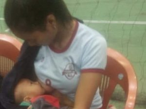 Pallavolista si fa sostituire e allatta al seno il figlio in