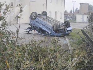 Incidente Bagnara di Romagna, fuori strada con l'auto sfonda