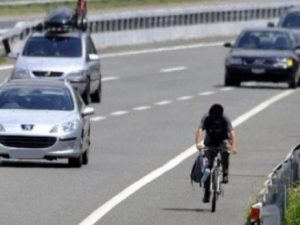 Firenze, ciclista in autostrada. Corsia d'emergenza usata co