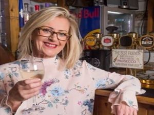 Il marito va troppo spesso al pub, lei spende 20mila euro pe