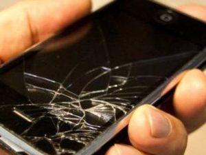 La truffa del telefono rotto, con la bici si schianta contro