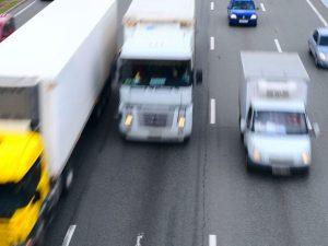 Viareggio, camionista guida a zig zag in A12: patente ritira