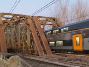 Paura a Piacenza, scontro tra treni e forte boato: quattro f