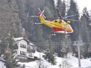 Val d'Aosta, fa sci fuori pista e si schianta contro un albe