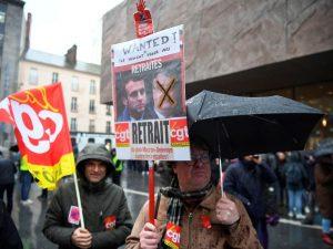 Parigi, lavoratori tagliano la corrente elettrica per protes