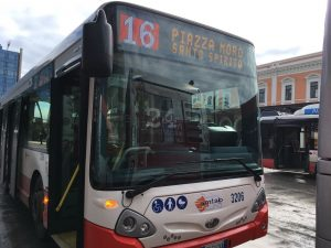 Bari, autista chiede a due ragazzini di non fumare sul bus: