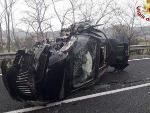 Scontro frontale a Crotone, auto si capovolge: un morto e 4
