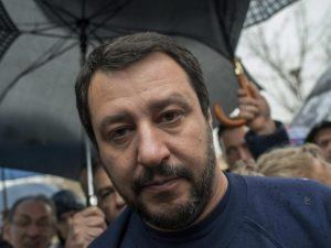 No, Salvini che citofona a casa della gente non è solo una b