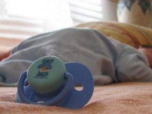 Mamma va ad allattare il figlio neonato, ma lui non si svegl