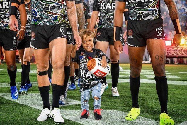 Rugby, il bimbo bullizzato per nanismo scende in campo mano