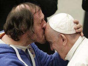 L'uomo che ha baciato in fronte papa Francesco si chiama Phi