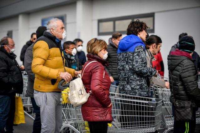 Codogno, calca al supermercato: la polizia municipale deve r