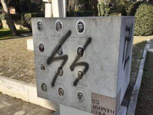 Ravenna, svastiche e insulti sul monumento dedicato ai morti