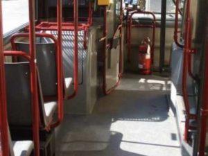 Dramma in autobus, autista frena all'improvviso: passeggera