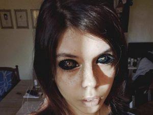 Si dipinge gli occhi per imitare un cantante rap: ragazza di