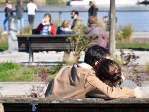 """Sardegna, """"niente effusioni davanti alla chiesa"""": prete dà s"""