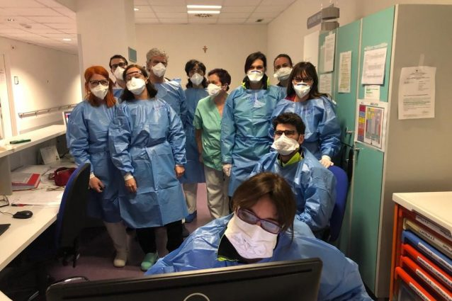 Coronavirus, tributo a medici e infermieri dell'ospedale di